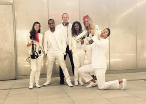 FINCH discoteam LIVE, DJ met saxofonist, zangeres, violist en dansers. Voor bruiloft, bedrijfsfeest of ander evenement